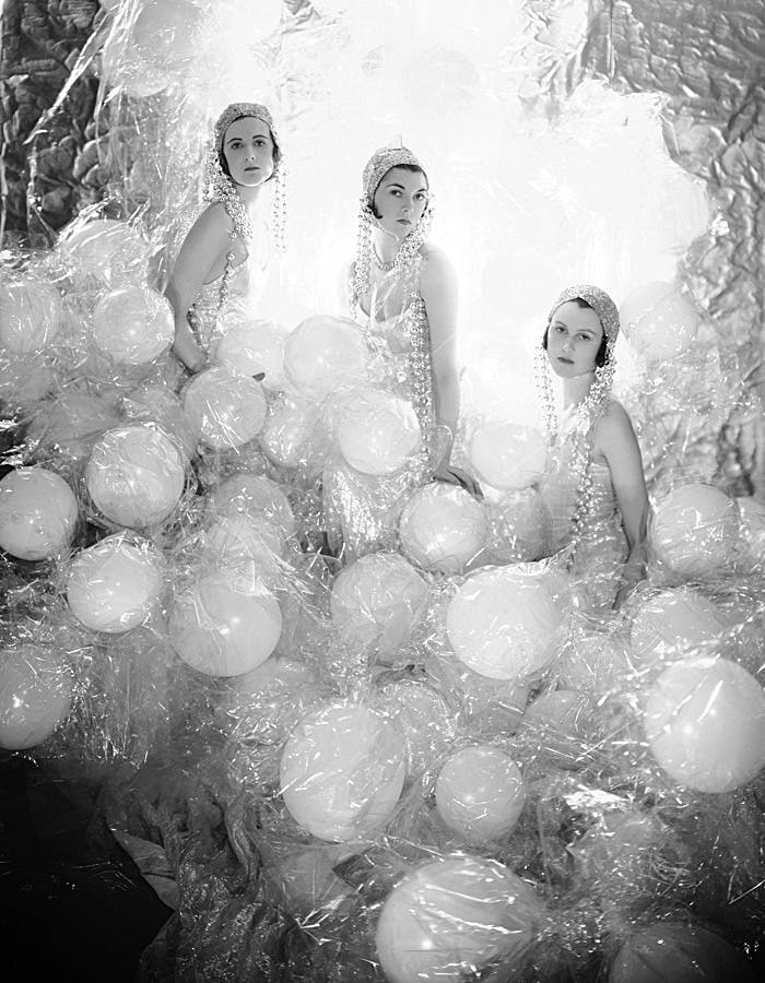 Cecil Beaton, The Soapsuds Group at the Living Posters Ball, 1930 | Foto: Fashion and Textile Museum