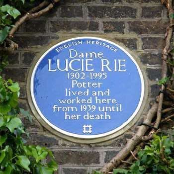 "Lucie Ries ""Blue Plaque"" an der Hauswand von 18 Albion Mews 