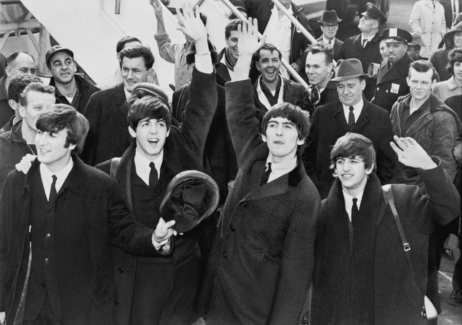 Die Beatles bei ihrer Anfunkt am John F. Kennedy Airport in New York am 7. Februar 1964 | Foto: United Press International via Wikimedia Commons