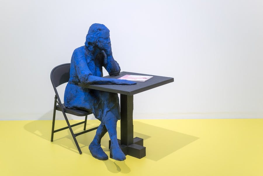 Blick in die Ausstellung ALMOST ALIVE. HYPERREALISTISCHE SKULPTUR IN DER KUNST in der Kunsthalle Tübingen. Abgebildetes Werk: George Segal, Seated Woman Reading, 1998-99, Gips, Acrylfarbe, Holz, Buch, 124,5 x 94 x 124,5, Foto: Ulrich Metz, Courtesy: George and Helen Segal Foundation, Carroll Janis und das Institut für Kulturaustausch, Tübingen, © The George and Helen Segal Foundation / VG Bild-Kunst, Bonn 2018