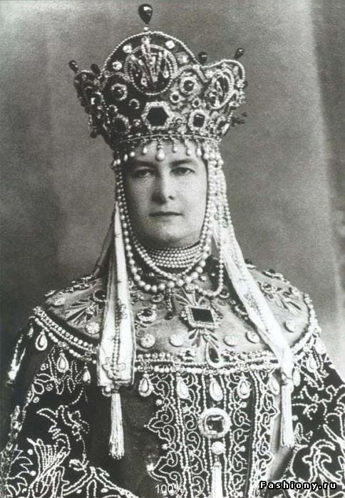 Duchess Marie wearing the emerald to a Costume Ball in 1903 at the Winter Palace in celebration of 290 years of the Romanov dynasty. Image: Luis Miguel Howard Jewellery