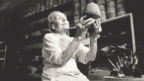 Lucie Rie dans son studio, image via Wide Walls