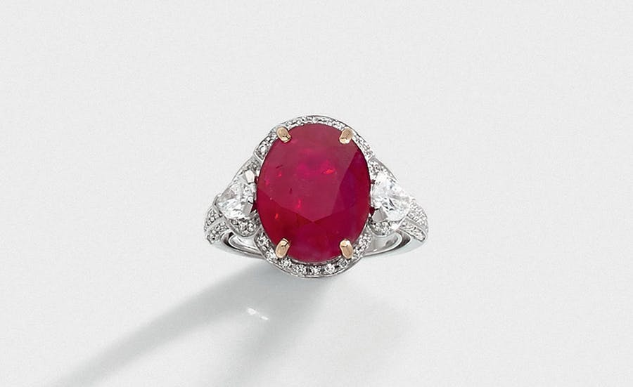 Gray Gold Rush ring centered with a Burmese ruby ​​weighing 10.21 carats, image © HMVC