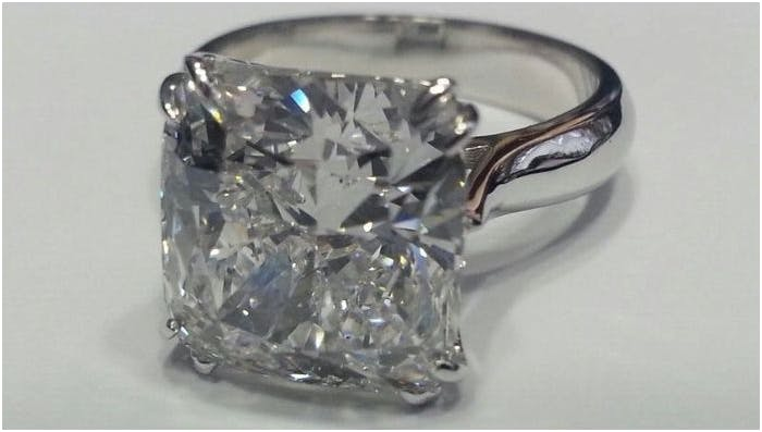 75. GIA 7.50 carat Diamond Ring E VS2 Natural Cushion Diamond 18k gold. Estimado: 300 000 EUR. Catawiki