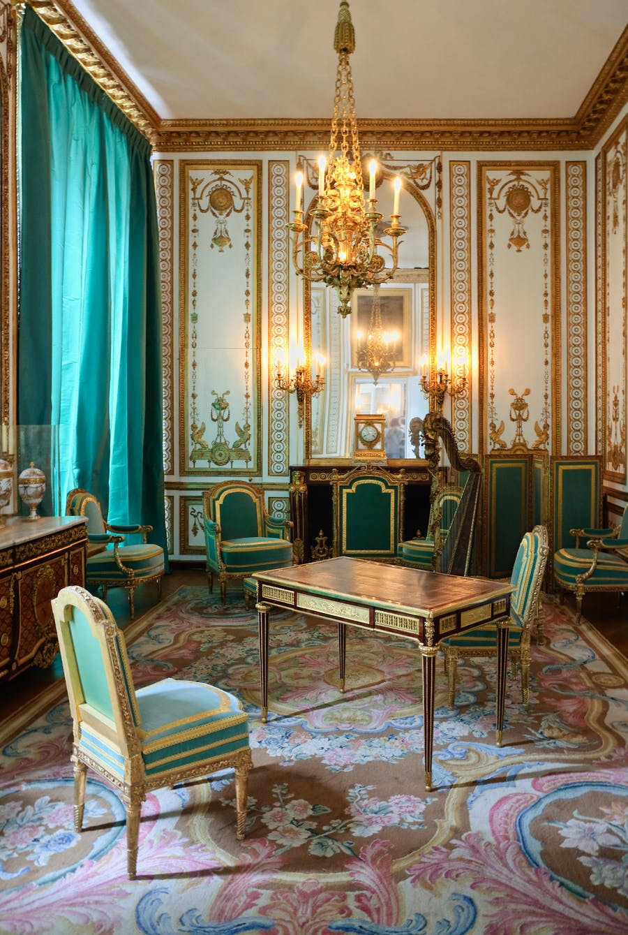 Palace of Versailles, interior chambers of the Queen, one of Marie-Antoinette's offices by Jean-Henri Riesener, 1783, image © Myrabella / Wikimedia Commons / CC BY-SA 3.0