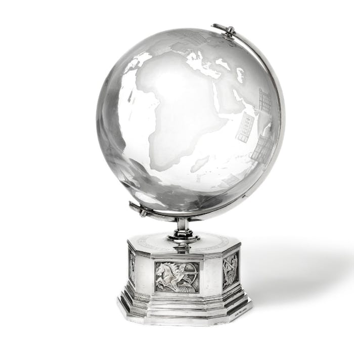 """Globe gravé des inscriptions: """"The globe is no larger than it can be enveloped by a thought"""" et """"With gratitude for generous support on a memorable trip around the globe 1951-1952, M. Wallenberg"""""""