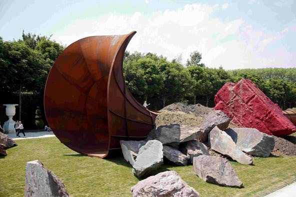 "Anish Kapoor, Dirty Corner"" exposé à Versailles en 2015 Image: courtesy of Charles Platiau/Reuters"