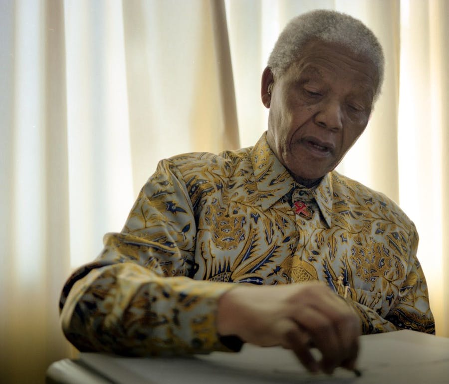 Nelson Mandela mentre disegna, foto di Grant Warren. Courtesy of WeTransfer and The House of Mandela Art (Via Artsy).