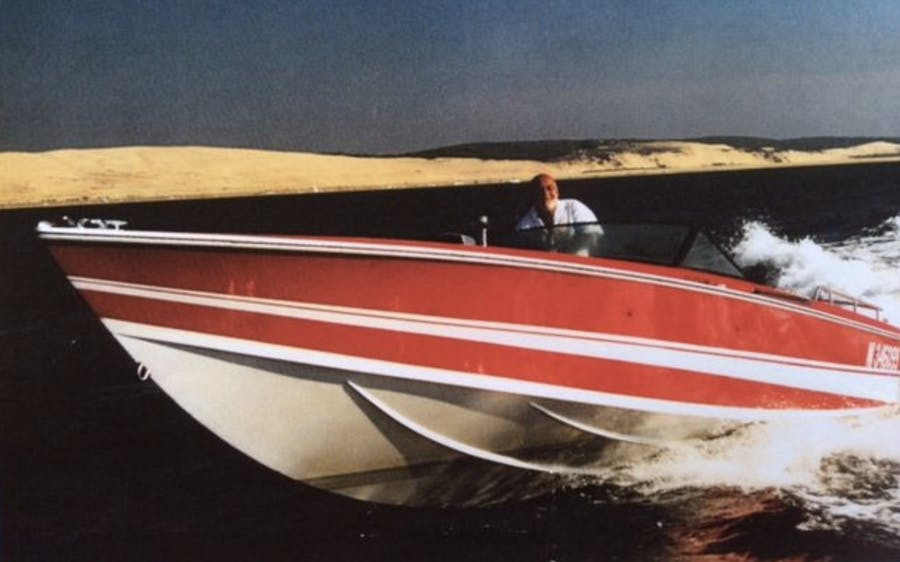 1969 BERTRAM off shore Exemplaire ayant appartenu à JOHNNY HALLYDAY Long : 8.78 m Moteurs : Mercruiser - 2 V8 5,5 Litre à carburateur  260 ch. (2000) 2 embrasses Bravo 1helices Inox. Estimation: 20 000/25 000 €